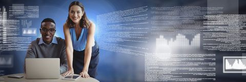 Pares del negocio que trabajan en el ordenador portátil con el interfaz del texto de la pantalla imagen de archivo libre de regalías