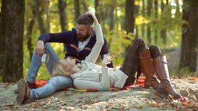 Pares del oto?o Pares felices en el parque del oto?o Familia que juega en parque del otoño y que se divierte almacen de video