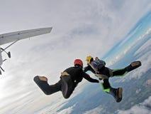 Pares del paracaidista que se divierten en los cielos foto de archivo libre de regalías
