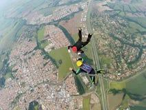 Pares del paracaidista que se divierten en los cielos fotos de archivo