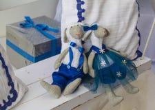 Pares del peluche de la muñeca del símbolo del muchacho y de la muchacha de las ovejas del Año Nuevo Fotos de archivo libres de regalías