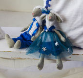 Pares del peluche de la muñeca del símbolo del muchacho y de la muchacha de las ovejas del Año Nuevo Fotos de archivo