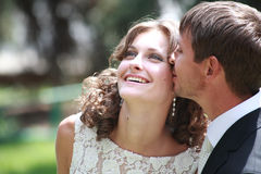 Pares del recién casado en amor Imagen de archivo libre de regalías