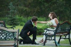 Pares del recién casado en amor imagenes de archivo