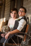 Pares del recién casado en banco antiguo Imágenes de archivo libres de regalías