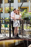 Pares del recién casado en el amor de pie en el puente Fotos de archivo