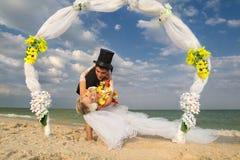 Pares del recién casado en Hula hawaiano Foto de archivo libre de regalías