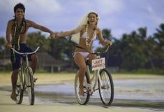 Pares del recién casado en la playa Fotografía de archivo libre de regalías
