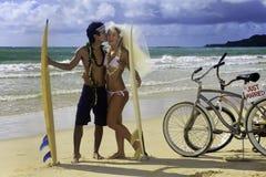 Pares del recién casado en la playa Imagenes de archivo