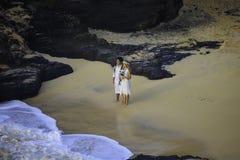 Pares del recién casado en la playa de la eternidad Fotografía de archivo libre de regalías