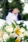 Pares del recién casado y ramo de la boda Foto de archivo libre de regalías