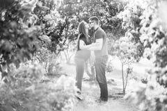 Pares del retrato del amor en lila floreciente imagen de archivo