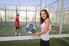 Pares del tenis de la paleta ante el tribunal Fotos de archivo libres de regalías