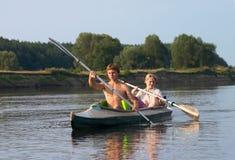 Pares del turista kayaking a lo largo del río Fotografía de archivo