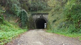 Pares delante del túnel