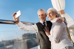 Pares deleitados positivos que tomam o selfie Foto de Stock Royalty Free
