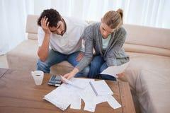 Pares deprimidos que fazem sua contabilidade Fotos de Stock Royalty Free
