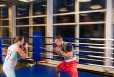 Pares desportivos no encaixotamento praticando da ação em um anel de encaixotamento Fotografia de Stock Royalty Free