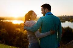 Pares desportivos novos felizes que compartilham de momentos românticos foto de stock