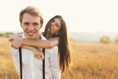 Pares despreocupados que têm uma boa estadia junto, apreciando o amor, fres imagens de stock royalty free