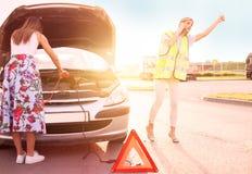 Pares después de una avería del coche en el lado del camino Fotos de archivo libres de regalías