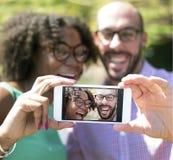 Pares diversos de lanzamiento de los amigos/de los colegas fotos de archivo libres de regalías