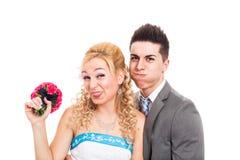 Pares divertidos de la boda Fotos de archivo libres de regalías