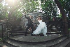 Pares divertidos de la boda Fotografía de archivo