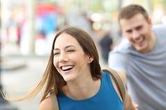 Pares divertidos de los adolescentes que corren en la calle Imágenes de archivo libres de regalías
