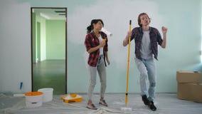 Pares diy de la renovación que se divierten en el nuevo apartamento almacen de video