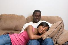 Pares do americano africano em sua sala de visitas imagem de stock