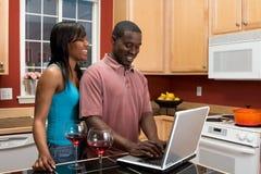 Pares do americano africano na cozinha Fotografia de Stock Royalty Free