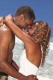 Pares do americano africano no amor na praia Imagens de Stock