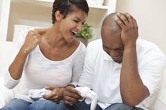 Pares do americano africano que jogam o jogo video Imagem de Stock