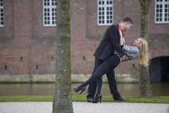 Pares do amor no parque Foto de Stock Royalty Free