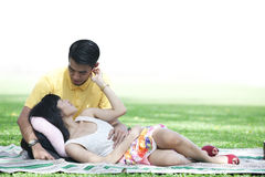 Pares do amor no parque Imagens de Stock Royalty Free