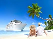 Pares do amor que sentam-se na praia Imagem de Stock Royalty Free
