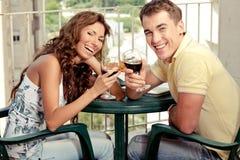 Pares do amor que taosting o vinho vermelho fotografia de stock royalty free