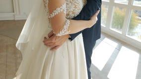 Pares do casamento, abraços mulher do homem, mãos, close-up, movimento lento, celebração vídeos de arquivo