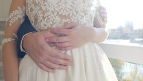 Pares do casamento, abraços mulher do homem, mãos, close-up, movimento lento, relacionamento filme
