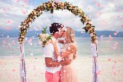 Pares do casamento apenas casados Fotos de Stock