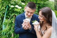 Pares do casamento com dois coelhos pequenos Fotos de Stock