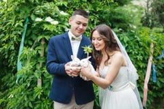 Pares do casamento com dois coelhos pequenos Fotografia de Stock