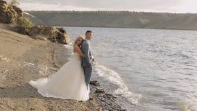 Pares do casamento junto Noivo e noiva bonitos Dia do casamento vídeos de arquivo