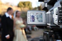 Pares do casamento na câmera fotografia de stock royalty free