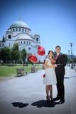 Pares do casamento na frente do templo de Saint Sava foto de stock