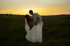 Pares do casamento no por do sol Fotos de Stock Royalty Free