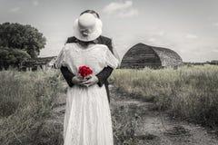 Pares do casamento que estão em uma jarda e em um abraço de exploração agrícola foto de stock