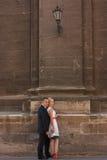 Pares do casamento que estão perto da parede Fotografia de Stock Royalty Free