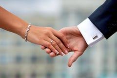 Pares do casamento que guardam as mãos imagens de stock royalty free
